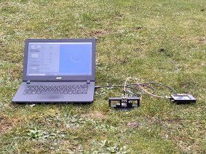 Sonde in Erdboden mit angeschlossenem NanoVNA und Laptop
